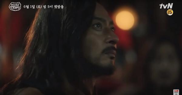 Teaser Arthdal Chronicles:Song Joong Ki cưỡi ngựa chiến đấu, Kim Ji Won khóc lóc thảm thiết, bị kéo lê trên đường ảnh 7