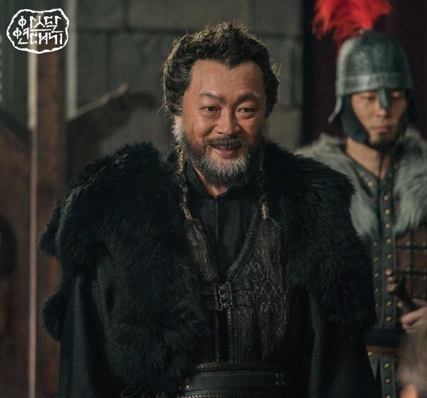 Teaser Arthdal Chronicles:Song Joong Ki cưỡi ngựa chiến đấu, Kim Ji Won khóc lóc thảm thiết, bị kéo lê trên đường ảnh 2