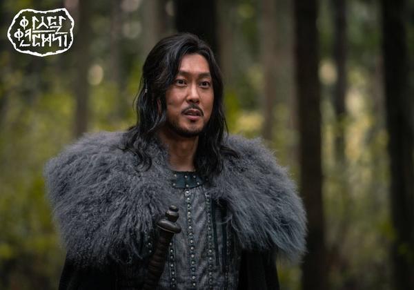 Teaser Arthdal Chronicles:Song Joong Ki cưỡi ngựa chiến đấu, Kim Ji Won khóc lóc thảm thiết, bị kéo lê trên đường ảnh 3