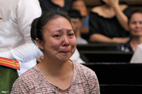 Lê Hương Giang khóc nức nở sau khi nghe VKS đề nghị tử hình về tội Mua bán trái phép chất ma túy, phạt 50 triệu đồng. Ảnh: Báo Zing