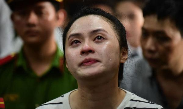 Sau khi nghe mức án, Ngọc Miu bật khóc như mưa giữa tòa. Ảnh: Báo Vietnamnet