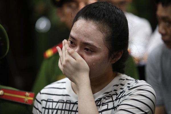 Những giọt nước mắt muộn màng của Ngọc Miu khi cô đối diện với mức án 20 năm tù do vướng vào đường dây ma túy cực lớn. Ảnh: Internet.