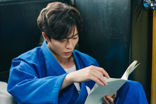 Tập trung đọc kịch bản. Anh ấy vẫn tuyệt vời trong bộ đồ judo.