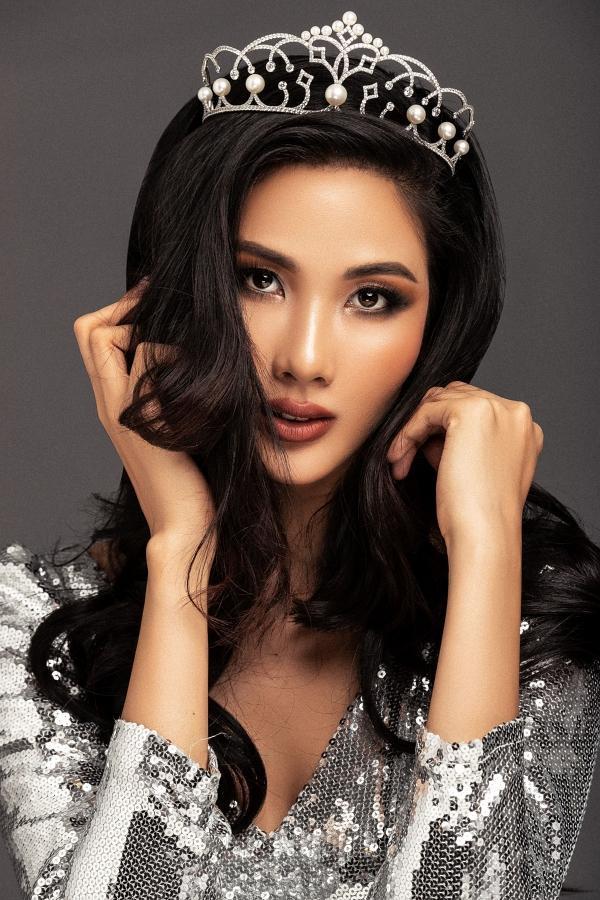 Hoàng Thùy tăng cân để xinh đẹp đội vương miện Á hậu trong bộ ảnh công bố chính thức.