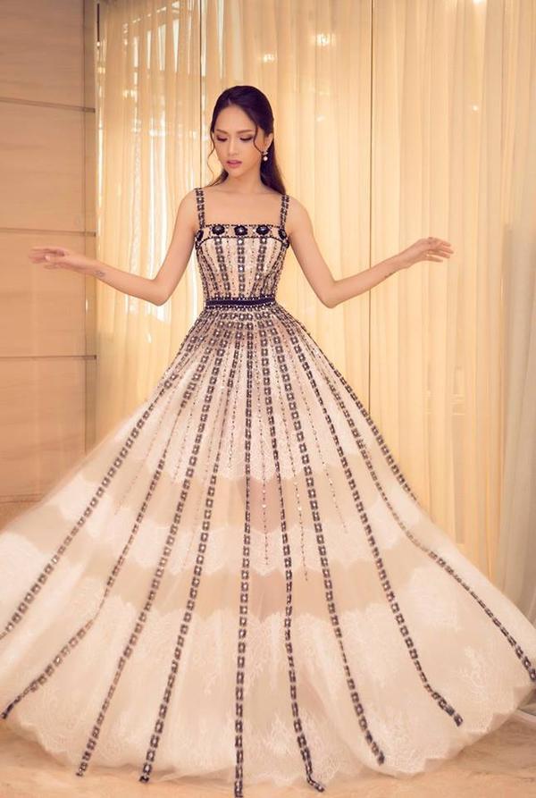 """Một chiếc váy dài thướt tha đã về tay Hương Giang thì kiểu gì cô cũng """"bung lụa"""" trong kiểu tạo dáng thần sầu như thế này."""