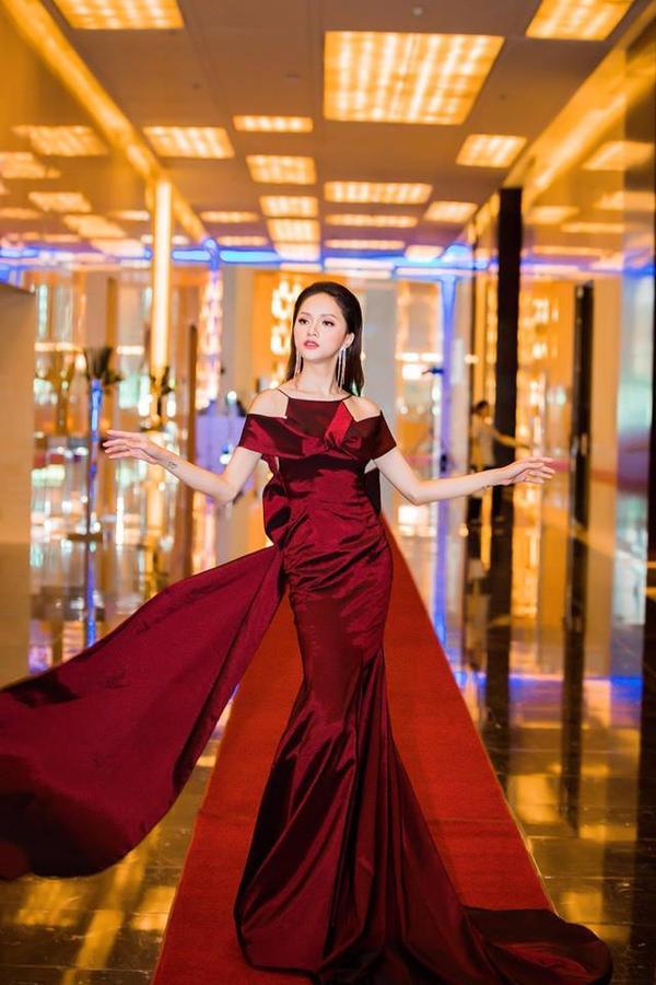 """Kiểu tạo dáng này không phải ngẫu nhiên, mà là một sự suy tính kỹ lưỡng của Hương Giang. Bởi với cách """"bung lụa"""" có đầu tư, cô khai thác tối đa lợi thế của chiếc váy."""