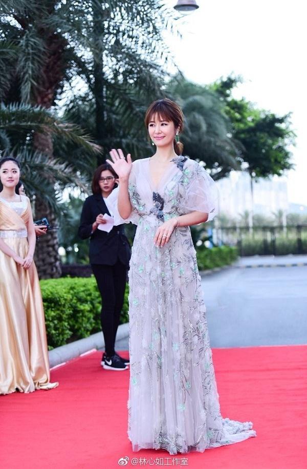 """Khi đi dự sự kiện, nàng Hạ Tử Vy thường ưu tiên cho những mẫu váy áo thướt tha, điệu đà đúng chuẩn """"nữ thần'."""