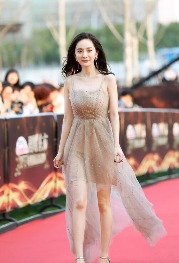 """Trên thảm đỏ, Dương Mịch luôn dành trọn """"tình yêu"""" với những kiểu váy xuyên thấu, nữ tính"""