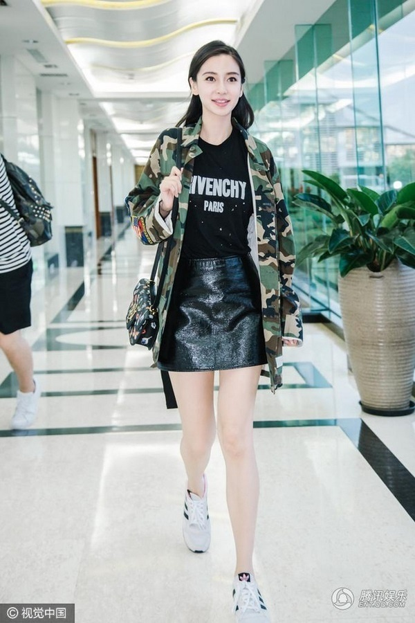 Những bộ cánh trẻ trung với áo thun, váy ngắn mix cùng giày thể thao khi ra sân bay của bà mẹ một con