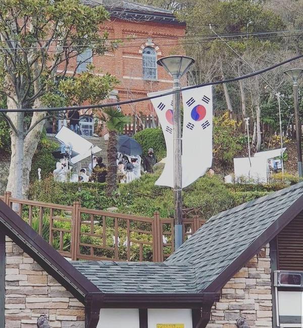 Lộ diện những hình ảnh đầu tiên của Yeo Jin Goo và IU trên phim trường 'Hotel Del Luna' ảnh 3