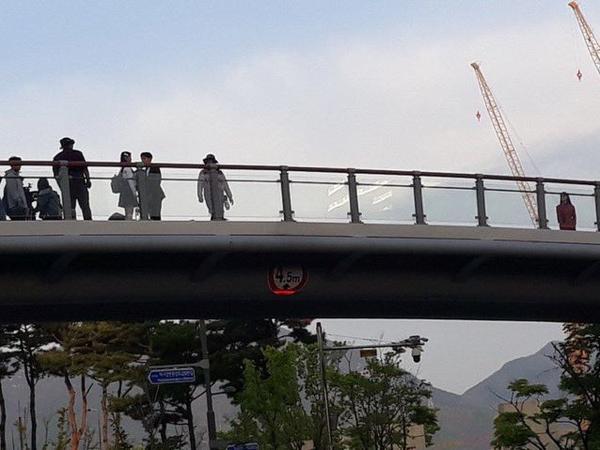 Lộ diện những hình ảnh đầu tiên của Yeo Jin Goo và IU trên phim trường 'Hotel Del Luna' ảnh 5