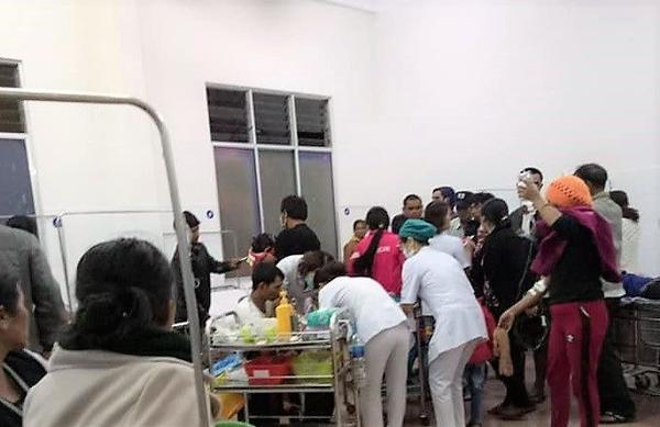 Các nạn nhân nghi do ngộ độc được cấp cứu ở trung tâm y tế huyện Di Linh. Ảnh: Tổ Quốc