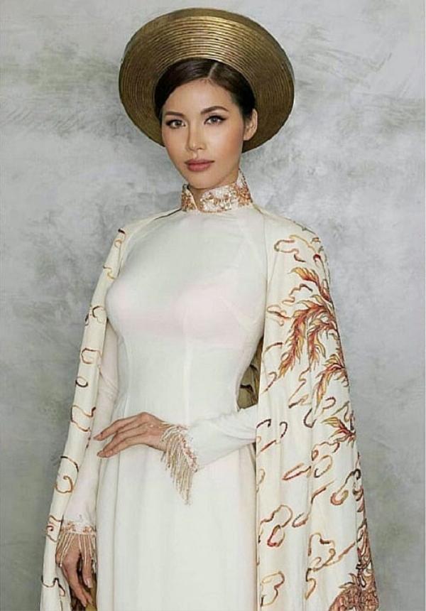 Minh Tú cũng mắc lỗi tương tự với áo ngực có quai đi kèm tà áo dài trắng.