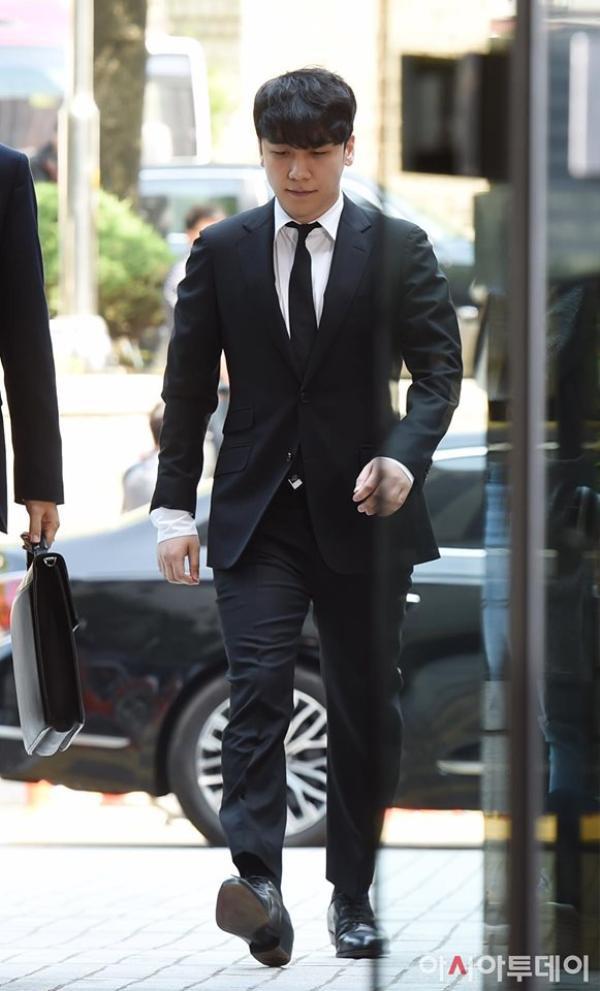Phong thái tự tin của Seungri khi xuất hiện tại Tòa án vào sáng nay.