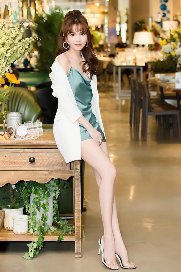 Chiếc váy hai dây cổ đổ màu xanh ngọc bích đã giúp Ngọc Trinh thu hút mọi ánh mắt ngay từ cái nhìn đầu tiên