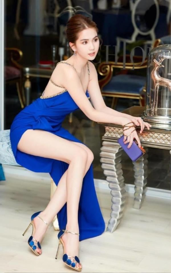 """""""Đốn tim"""" fan trong kiểu váy màu xanh dương đậm khoe chân dài miên man"""