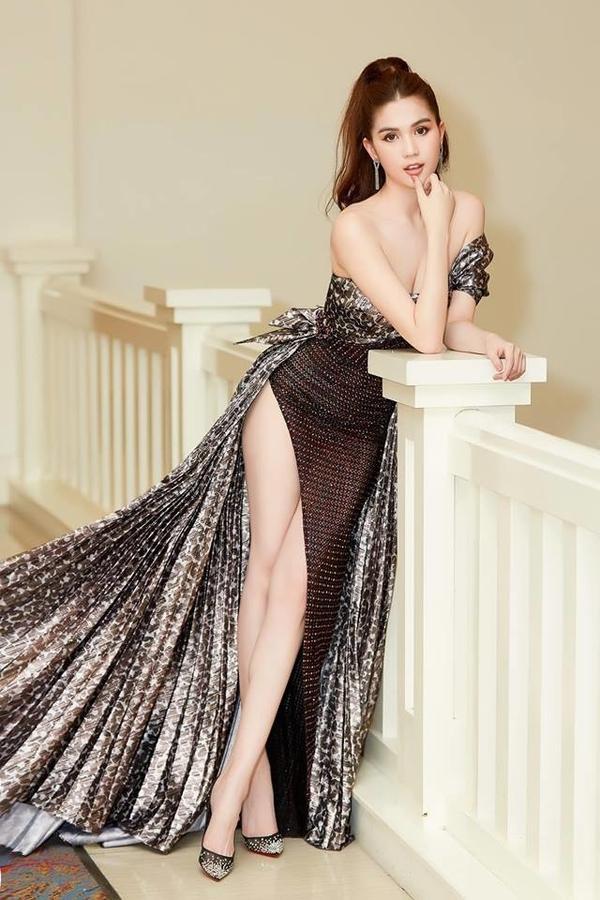 Ngọc Trinh xuất hiện tại 1 sự kiện với chiếc đầm cắt xẻ đùi táo bạo khoe chân dài và eo lưng thon thả.