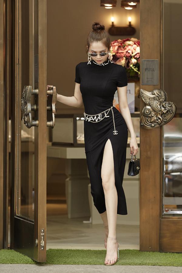 Dạo phố trong chiếc váy body đen xẻ chân mix cùng các body chain sự kiện ở eo vô cùng thời thượng