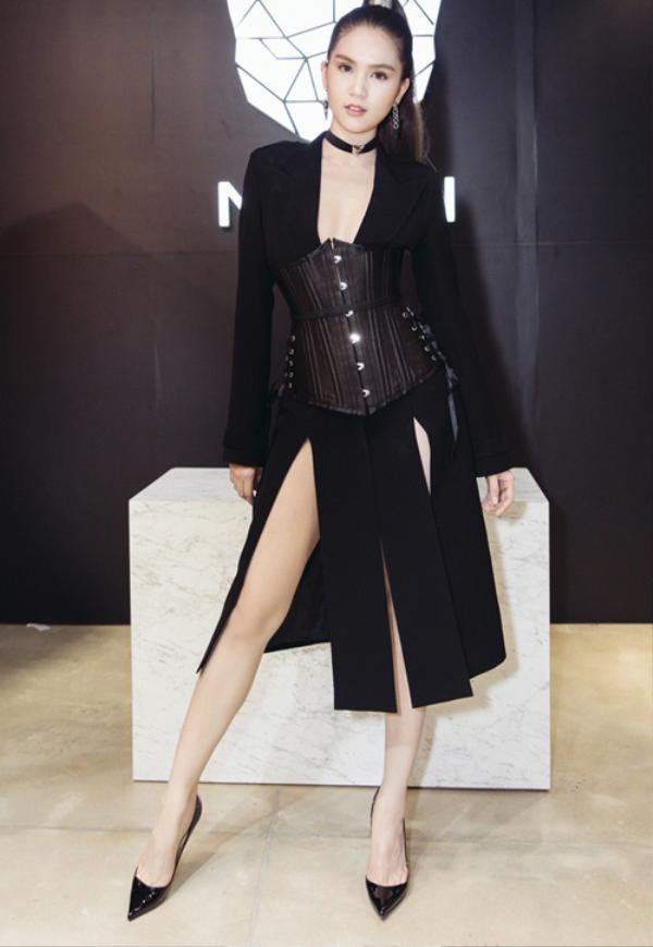 Lạ mắt trong thiết kế váy đen xẻ chân hai bên mặc cùng áo corset giữa eo