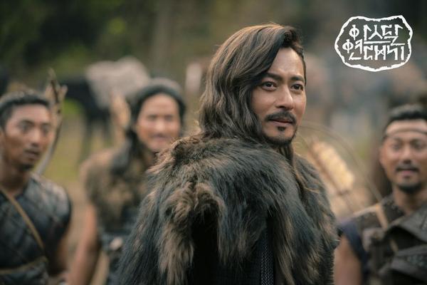 Jang Dong Gun khoe cơ bắp cuồn cuộn hùng dũng, tăng 8kg để đóng Arthdal Chronicles ảnh 7