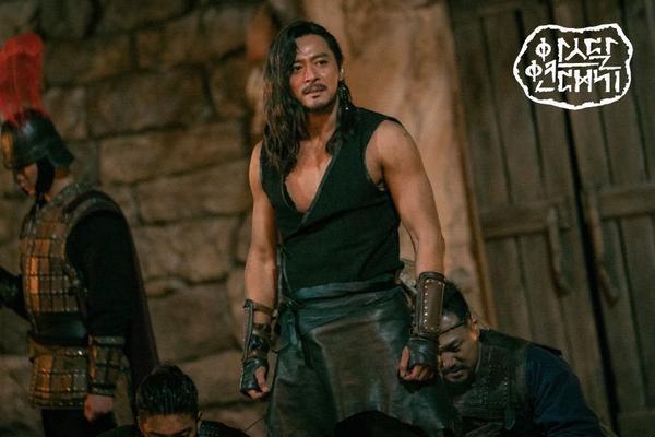 Jang Dong Gun khoe cơ bắp cuồn cuộn hùng dũng, tăng 8kg để đóng Arthdal Chronicles ảnh 5