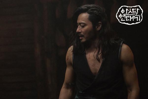 Jang Dong Gun khoe cơ bắp cuồn cuộn hùng dũng, tăng 8kg để đóng Arthdal Chronicles ảnh 6