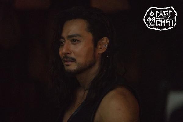 Jang Dong Gun khoe cơ bắp cuồn cuộn hùng dũng, tăng 8kg để đóng Arthdal Chronicles ảnh 0