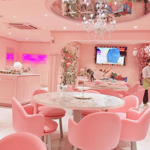Màu hồng bắt mắt của tiệm trà bánh này. @m.a.l__h.t