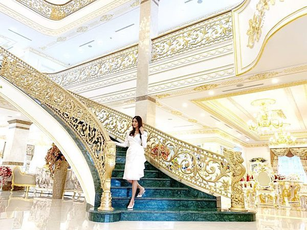 Lan Khuê sống cùng chồng trong một dinh thự dát vàng xa hoa. Cô thường xuyên chia sẻ hình ảnh về nội thất tiện nghi, sang trọng bên trong căn nhà.