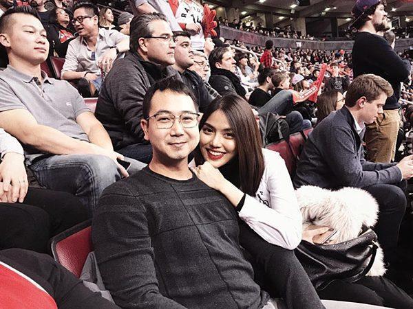 Vợ chồng Lan Khuê đi xem bóng rổ tại Canada cùng các anh chị em họ nhà chồng.