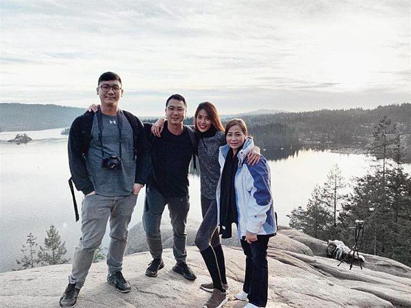 Lan Khuê cùng gia đình chồng đi trượt tuyết.