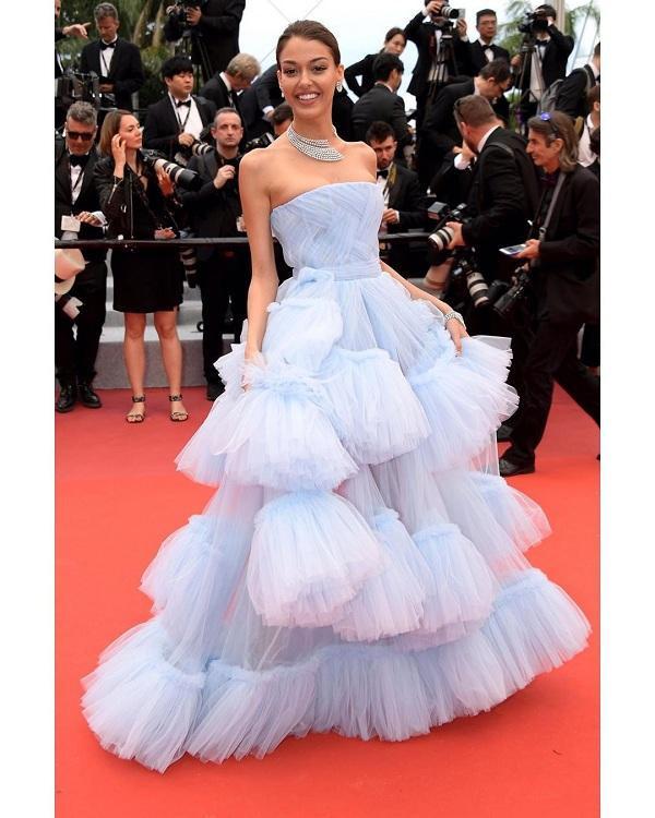 Phải cám ơn chiếc váy công chúa đến từ đến từ thương hiệuHakaan Yildirim đã giúp cô nổi bật nhất trong dàn mỹ nhân tại Cannes năm nay