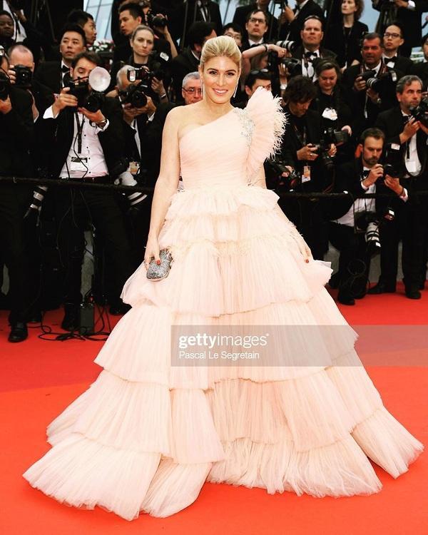 Chiếc váy bồng bềnh xếp tầng màu be của nàng mẫu đến từ Israel