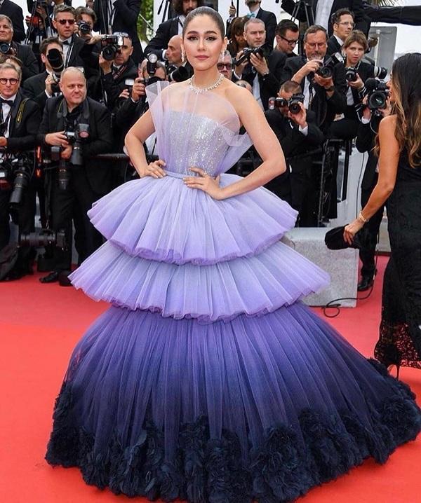 Bà mẹ hai con chọn chiếc váy mang tông tím với hiệu ứng ombre vô cùng hút mắt từ nhà mốt Ralph & Russo , trang sức cao cấp lấp lánh đắt tiền từ Chopard trên thảm đỏ Cannes 2019