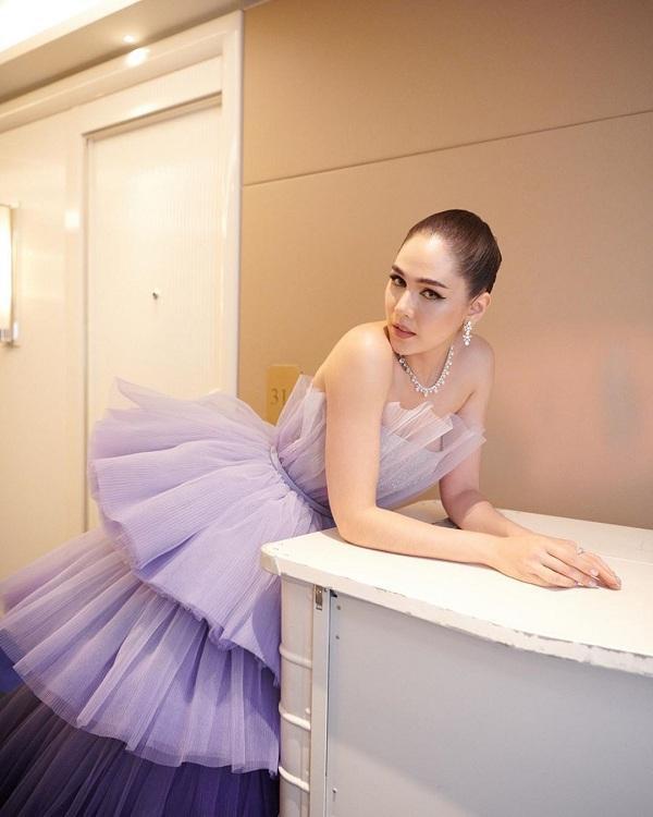 Mỹ nhân xứ Thái Lan lập tức trở thành nàng công chúa lộng lẫy nhất trên thảm đỏ Cannes ngày đầu tiên, truyền thông nước ngoài đặc biệt vô cùng yêu thích Chompoo Araya bởi nét đẹp lai Á - Âu của cô và phong cách thời trang sang chảnh