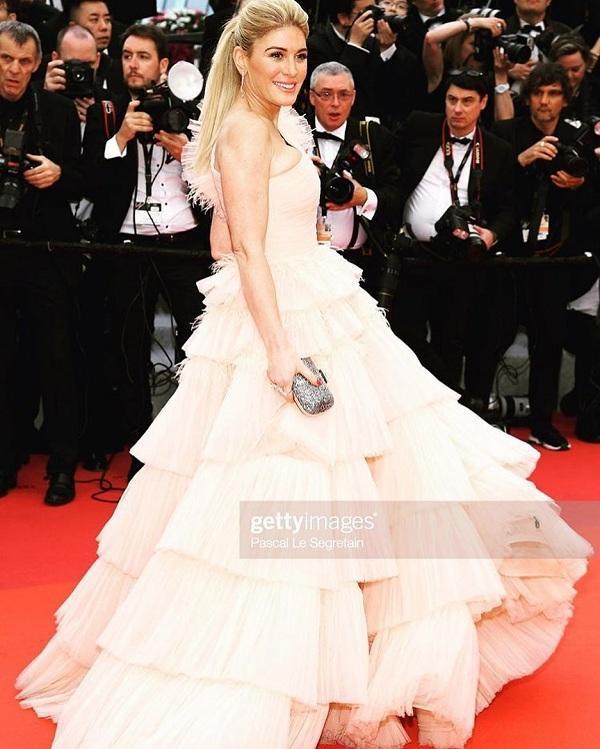 Trông cô thật xinh đẹp với chiếc váy lệch vai đến từ thương hiệu João Rôlo Couture.