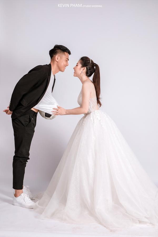 Ảnh cưới độc đáo của cựu trung vệ U23 Việt Nam - Ảnh 5.