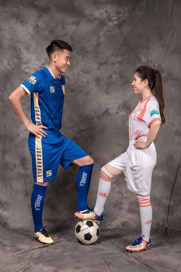 Ảnh cưới độc đáo của cựu trung vệ U23 Việt Nam - Ảnh 1.