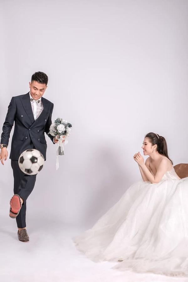Ảnh cưới độc đáo của cựu trung vệ U23 Việt Nam - Ảnh 4.