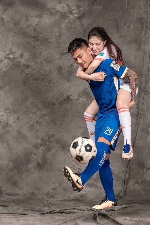 Ảnh cưới độc đáo của cựu trung vệ U23 Việt Nam - Ảnh 2.