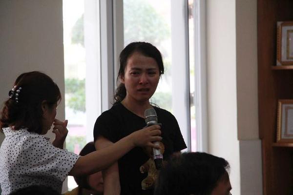 Nữ giáo viên bật khóc khi giải trình.