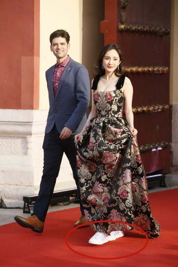 Mặc váy nhưng lại đi giày thể thao dự sự kiện, Dương Mịch thu hút sự chú ý của dân mạng ảnh 1