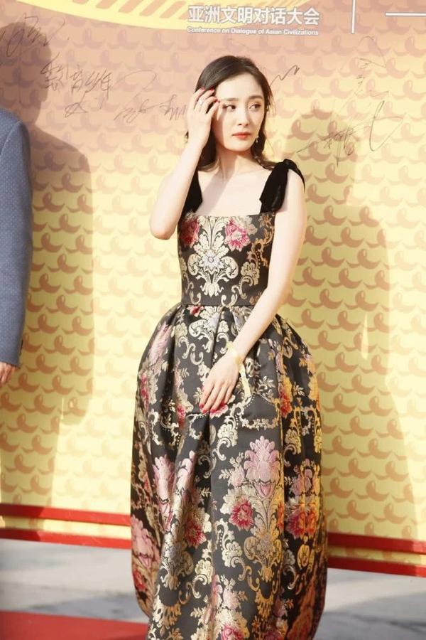 Mặc váy nhưng lại đi giày thể thao dự sự kiện, Dương Mịch thu hút sự chú ý của dân mạng ảnh 3