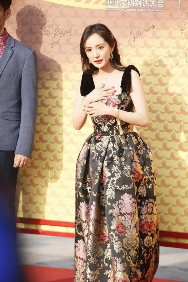 Mặc váy nhưng lại đi giày thể thao dự sự kiện, Dương Mịch thu hút sự chú ý của dân mạng ảnh 4