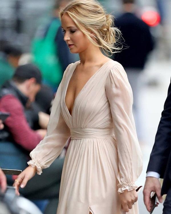 Jennifer Lawarence thật sự quá đỗi xinh đẹp trong thiết kế nữ tính này. Được biết, chiếc váy có giá 2.300USD (hơn 50 triệu đồng)