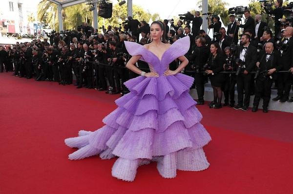 Người mẫu - diễn viên kiêm host The Face Thailand Sririta Jense cũng không kém cạnh nàng đồng hương Chompoo , chân dài cũng tranh thủ tỏa sáng như một vị công chúa với chiếc váy tím bồng bềnh