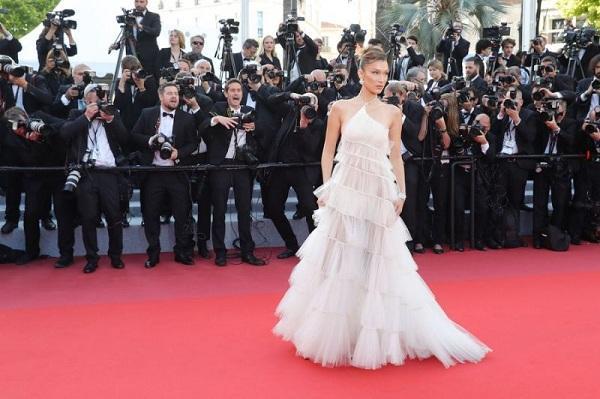 Bella Hadid nữ tính trong bộ đầm xếp tầng bồng bềnh tại Cannes 2019