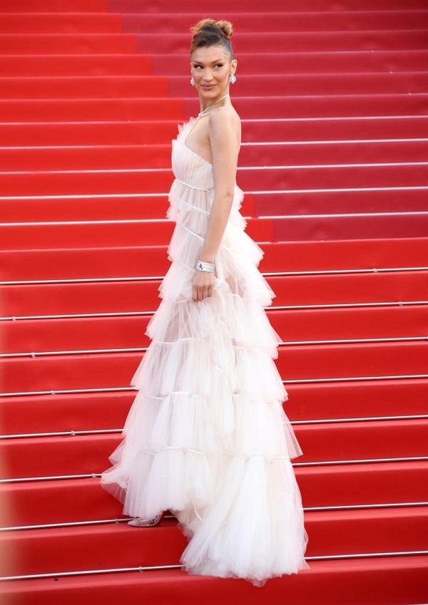 """Chiếc váy trắng tinh khôi từ Dior cùng lối làm tóc, makeup nữ tính điệu đàng khiến Bella Hadid trở thành """"tâm điểm"""" của cánh truyền thông"""