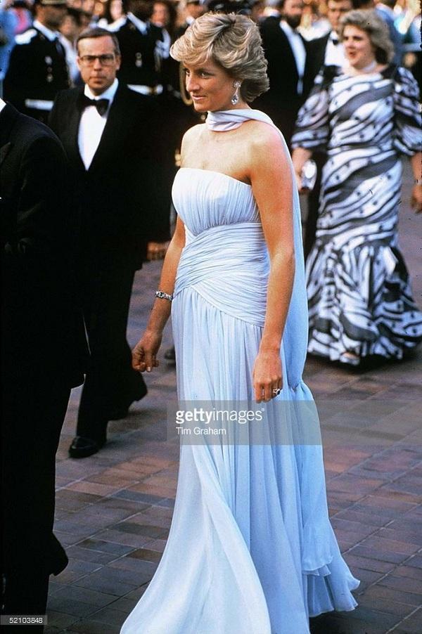 Chiếc váy màu xanh biển cúp ngực là một thiết kế của Catherine Walker cũng là một trong những NTK yêu thích của vị Công nương quá cố