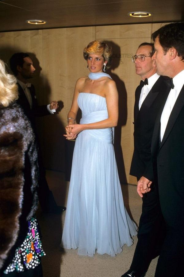 Chiếc váy màu xanh phô được vùng xương quai xanh quyến rũ của Công nương Diana